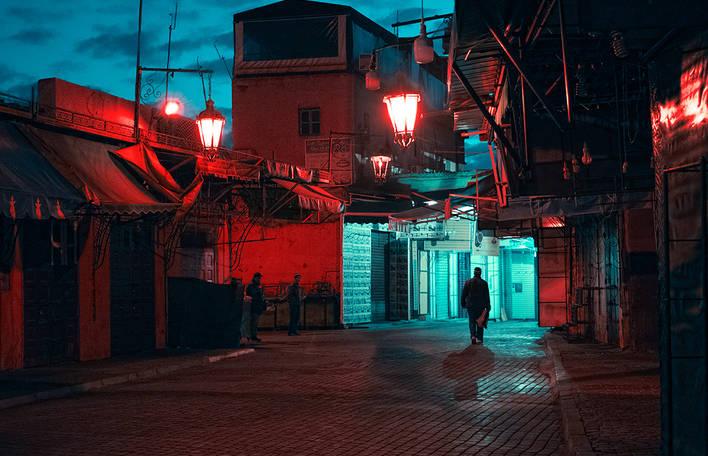 Fotografias de um artista visual vagando pelas ruas do Marrocos à noite