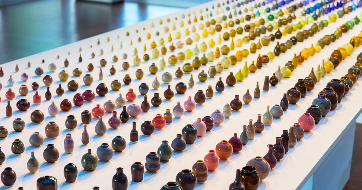 Os milhares de vasos em miniatura deste artista cerâmico formam um arco-íris