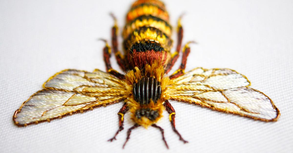 Bordados elaborados formam animais de metais preciosos e fios coloridos
