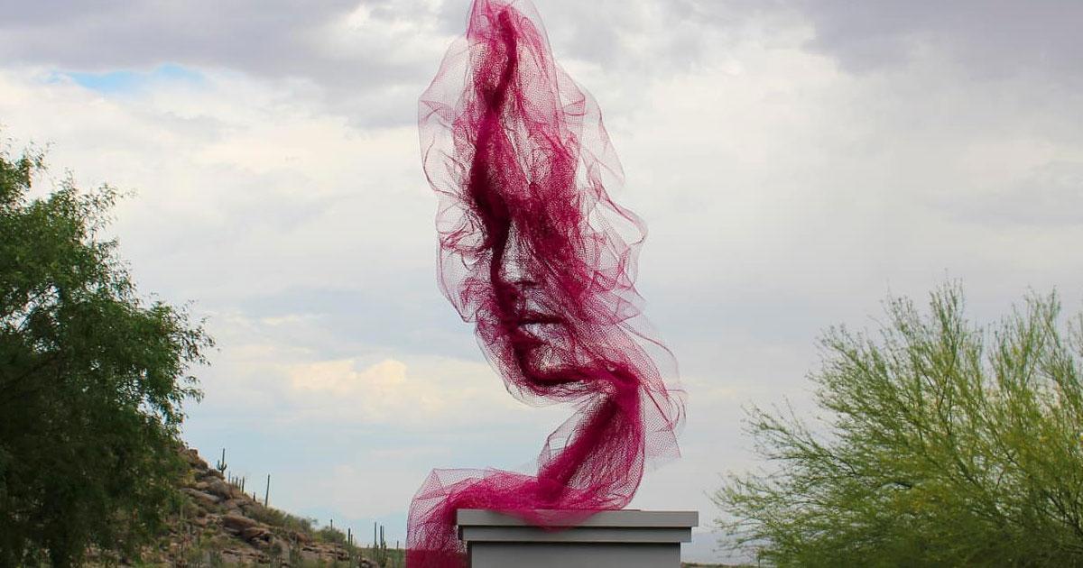 Este designer cria retratos de rostos serenos usando tecido de tule