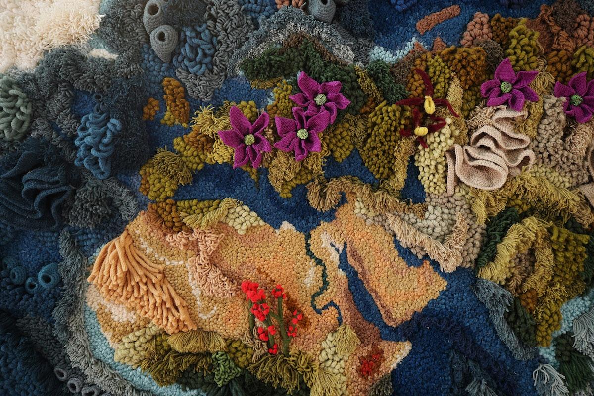 Artista têxtil passa 520 horas reimaginando o mapa do mundo como um tapete gigante