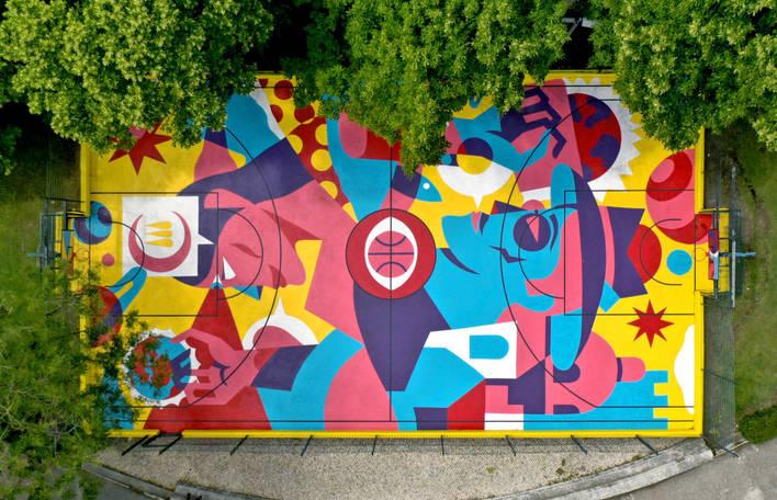 Artista visual faz esta pintura gráfica impressionante em uma quadra de basquete em Lisboa