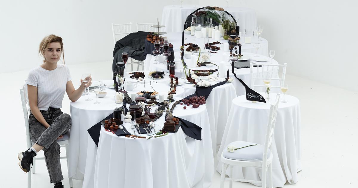 Artista cria uma instalação em 3D impressionante com alimentos para homenagear Cristiano Ronaldo e Messi na Lituânia