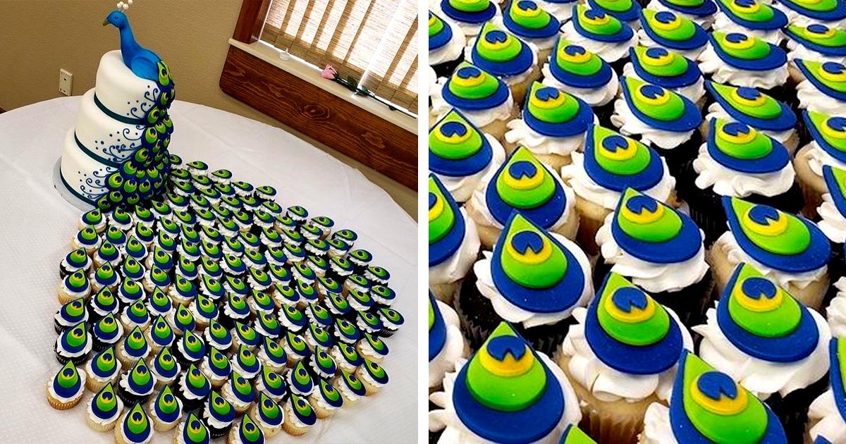 Encante-se com este bolo de casamento de pavão com um rastro de cupcakes como penas da cauda