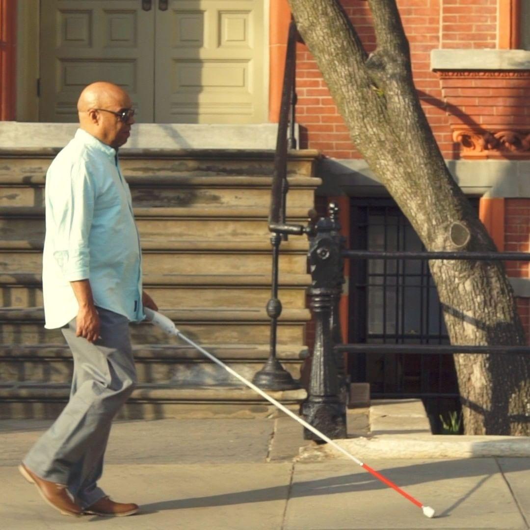 Engenheiro cego inventa uma bengala inteligente capaz de guiar usando o Google Maps e sensores
