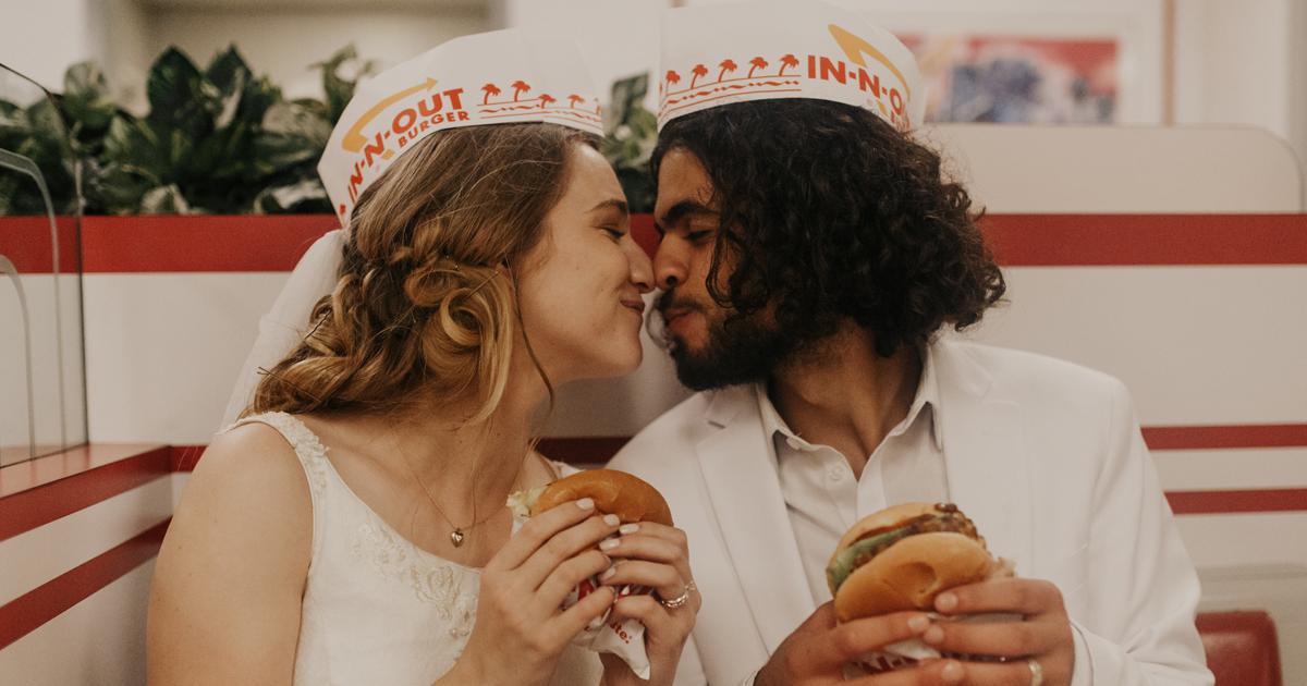 Série mostra casal recém-casado indo comer hambúrguer logo após o casamento
