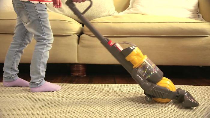 Os pais estão adorando este aspirador de pó para crianças que realmente limpa o chão