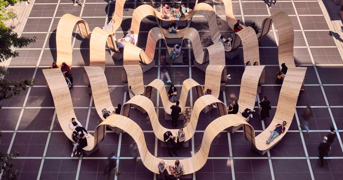 Madeiras são recicladas e enroladas para formar esta escultura funcional em Londres