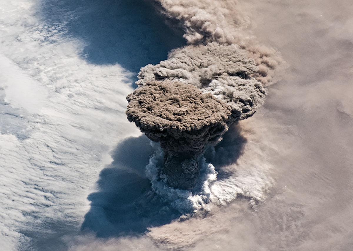 Vulcão russo entra em erupção pela primeira vez em 95 anos e astronautas capturam o momento do espaço