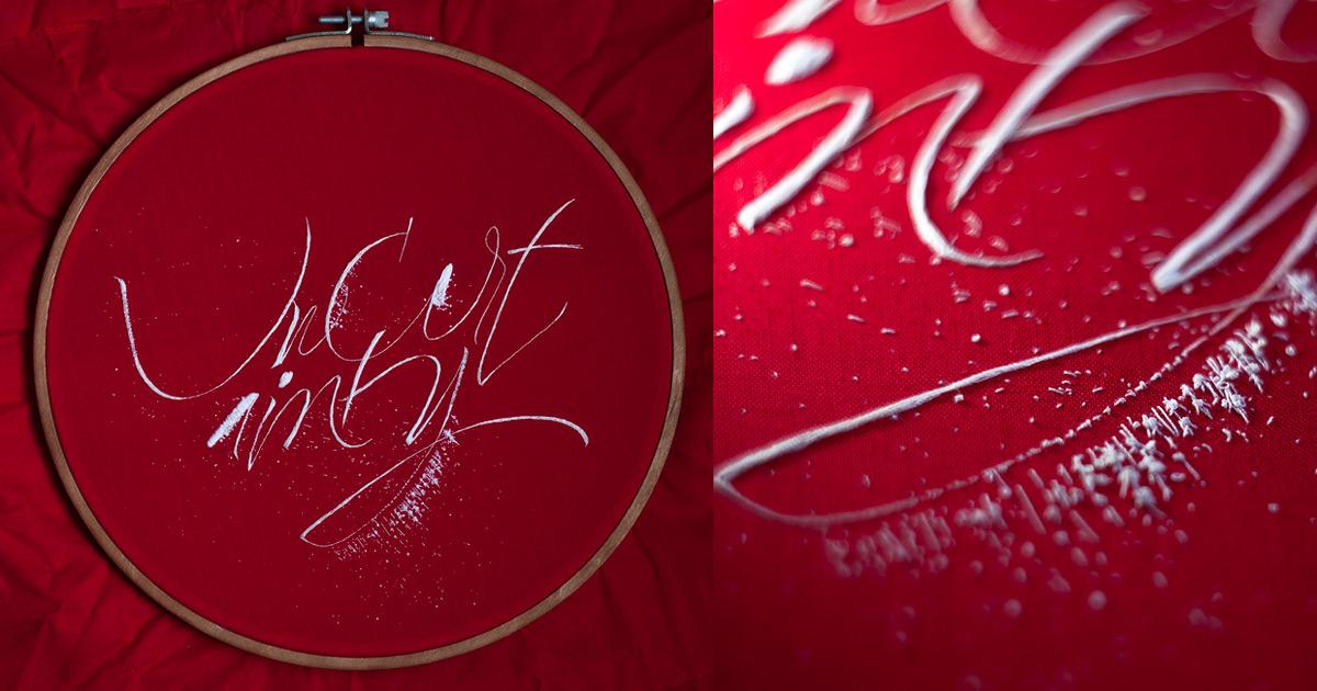Descubra a caligrafia bordada desta artista que conecta a arte da caligrafia com a arte do bordado