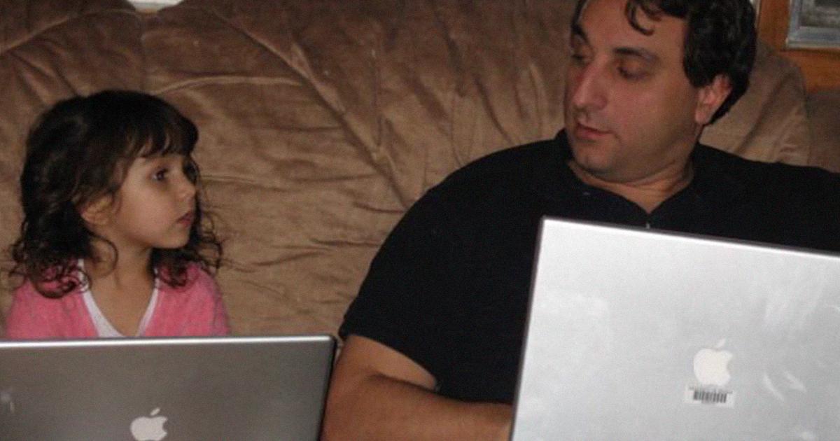 Pai tira fotos de si mesmo e de sua filha sentada no sofá desde 2007, e fica melhor a cada ano