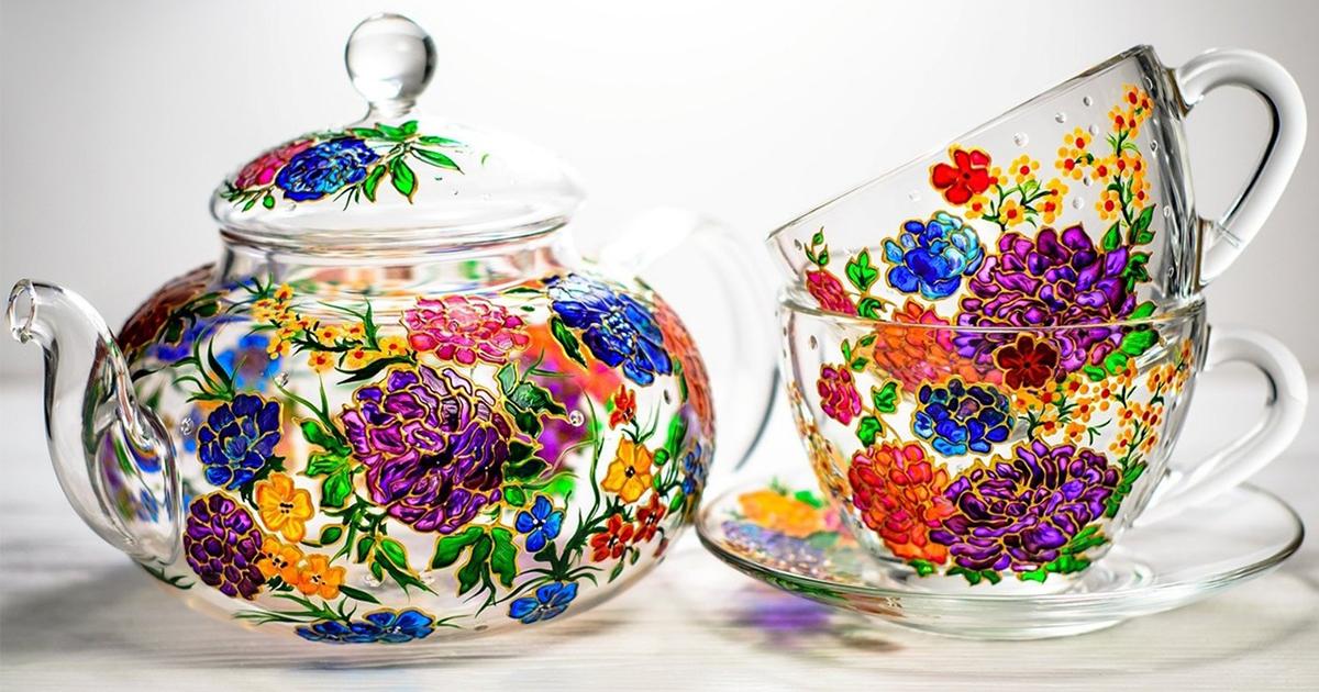 Canecas e bules pintados à mão que são verdadeiras obras de arte em vidro