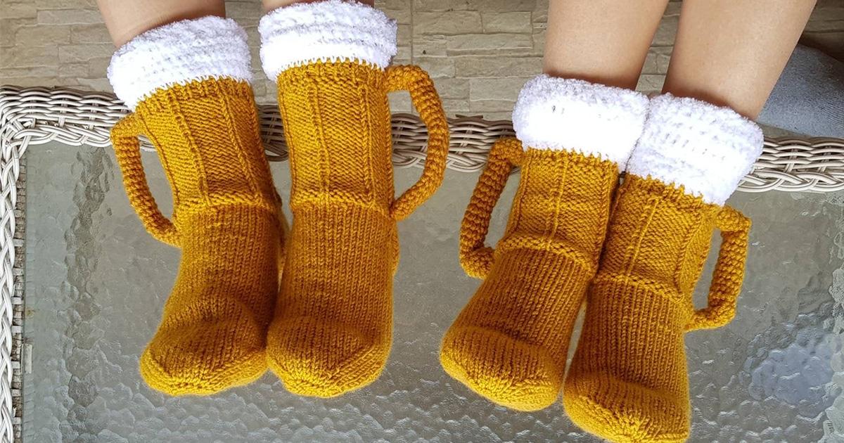 Estas meias tricotadas à mão parecem duas canecas de cerveja para seus pés