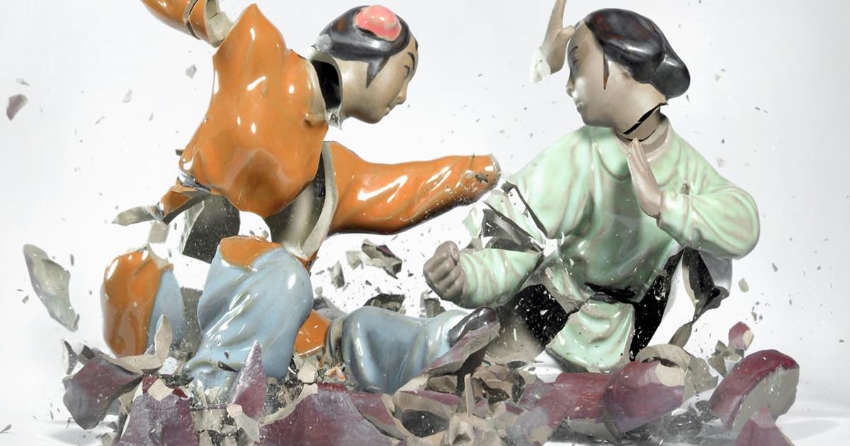 Fotografias de alta velocidade de estilhaços de estatuetas de Kung Fu ficam parecendo cenas de luta épicas