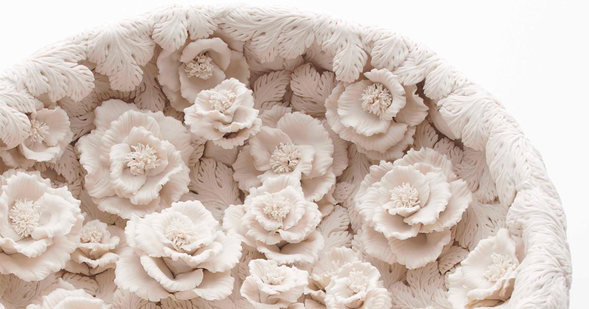 Vasos de porcelana magnificamente detalhados florescem com centenas de flores, folhas e galhos