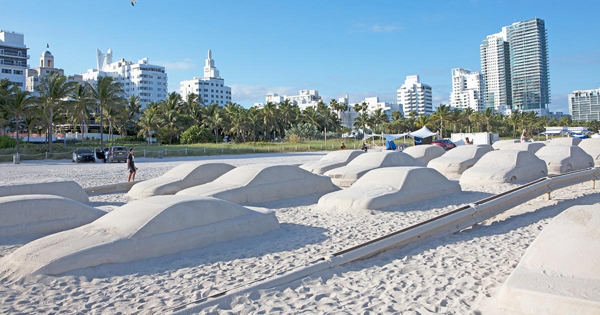 Artista Cria Congestionamento Na Praia Para Conscientizar As Pessoas Sobre Mudanças Climáticas