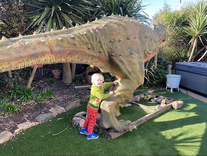 Pai Acidentalmente Compra Um Dinossauro Em Tamanho Real De 6 Metros De Comprimento Para Seu Filho De 4 Anos