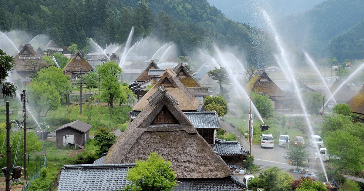 """Vila Japonesa Sedia O """"Festival Da Mangueira De Água"""" Para Testar Seu Impressionante Sistema De Extinção De Incêndio"""
